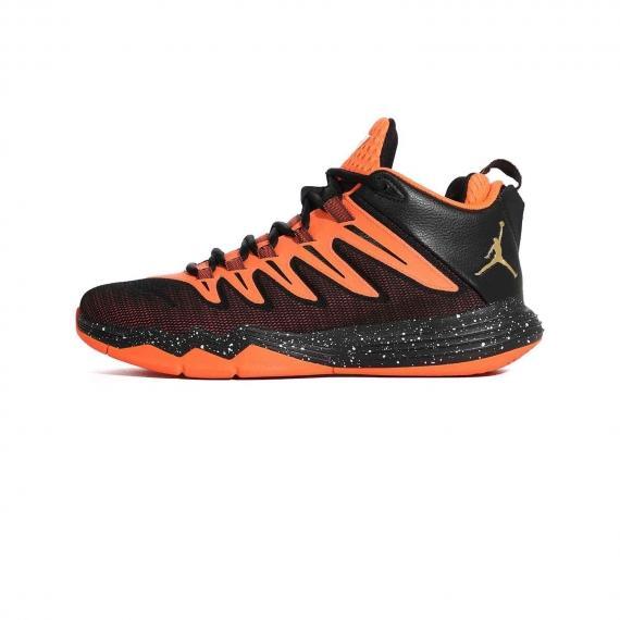 کفش بسکتبال نایک جردن مشکی و نارنجی همراه با لوگوی Nike jordan در کناره کفش و زیره عاج دار لاستیکی نارنجی