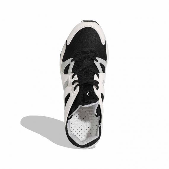 جدیدترین کفش اسپرت مشکی سفید با زیرهی طبی و کفهی خال خالی مخصوص بدنسازی و تمرین لنگه پای چپ نمای نزدیک از بالا
