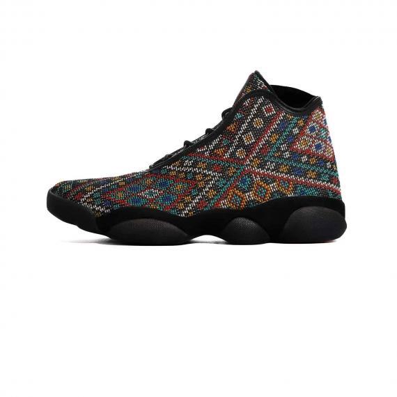 کفش نایک ایر جردن Nike Air Jordan اورجینال با لوگوی مایک جردن و زمینه مشکی با طرح سنتی از نمای بیرون پا چپ
