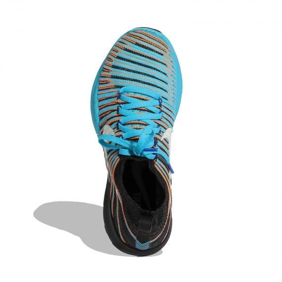 کفش اسپرت نایک اورجینال با رویه جورابی راه راه آبی و مشکی و بندهای آبی روشن از نمای روبه رو لنگه پای چپ ایستاده