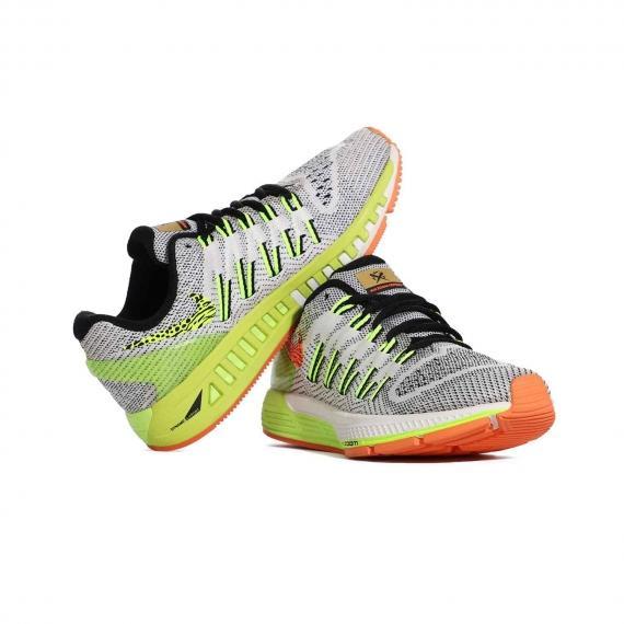 کفش اورجینال نایک مناسب افراد دارای اضافه وزن برای استفاده در مسافتهای طولانی که لنگه پای چپ بر گوشه پای راست تکیه داده است