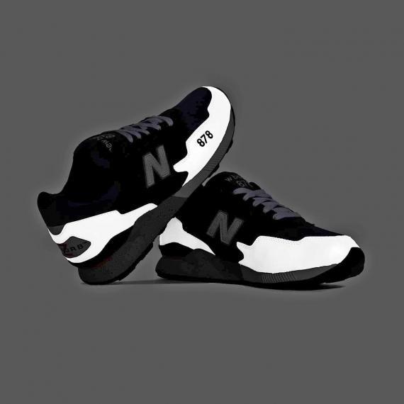 کفش مخصوص ورزش در شب دارای شبرنگ مدل 878 در پس زمینه تاریک که پای چپ روی پای راست تکیه داده