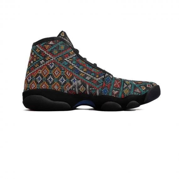 کفش نایک ایر جردن هوریزان پرمیوم با زیره لاستیکی بسیار مقاوم و انعطاف پذیر و رویه با طرحهای ریز رنگی از نما داخل پا چپ