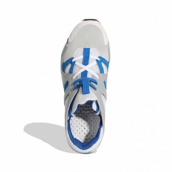 جدیدترین کفش پیاده روی مردا نه زنانه بندی ابی و سفید با کفهی طبی خال خالی سفیدمشکی از نما روبرو پای چپ ایستاده