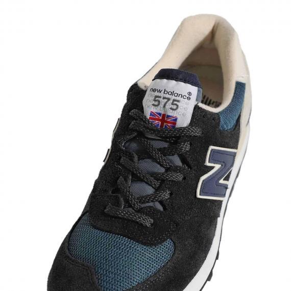 جدیدترین مدل کفش پسرانه برند نیوبالانس با بندهای مشکی و برچسب NewBalance575 بر روی زبانه از نمای نزدیک رویه