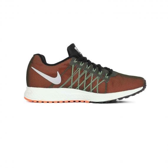 کفش نایک ورزشی زنانه مدل زوم پگاسوس با رویه مشبک نارنجی و مشکی بسیار سبک از نمای بغل داخل پای چپ از بغل