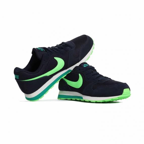 کفش روزمره دخترانه و زنانه نایک اورجینال تماما سورمهای با لوگوی nike سبز که لنگه پای چپ به پای راست تکیه داده