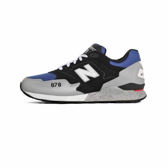 کتونی نیو بالانس اسپرت مخصوص پیاده روی با رویه جیر و مش آبی، مشکی و طوسی همراه با لایه میانی سفید و طوسی و زیره لاستیکی مشکی، حرف N و مدل 878 در کناره کفش