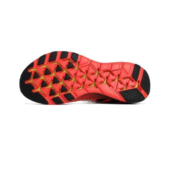 زیره کتانی فیتنس نایک با ساختار تکه تکه عاج دار و شیار دار قرمز و مشکی برای افزایش عملکرد ورزشکار و ایجاد چسبندگی بالا
