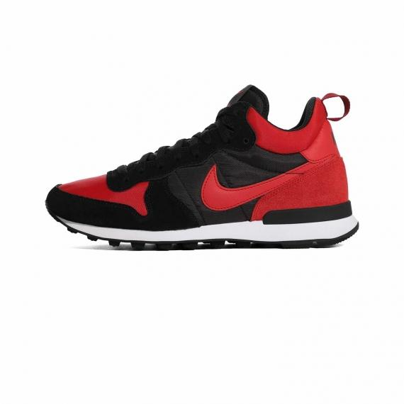 کتونی نایک قرمز و مشکی ساق دار با لایه میانی سفید و زیره لاستیکی عاج دار مشکی همراه با نماد Nike قرمز در کناره کفش