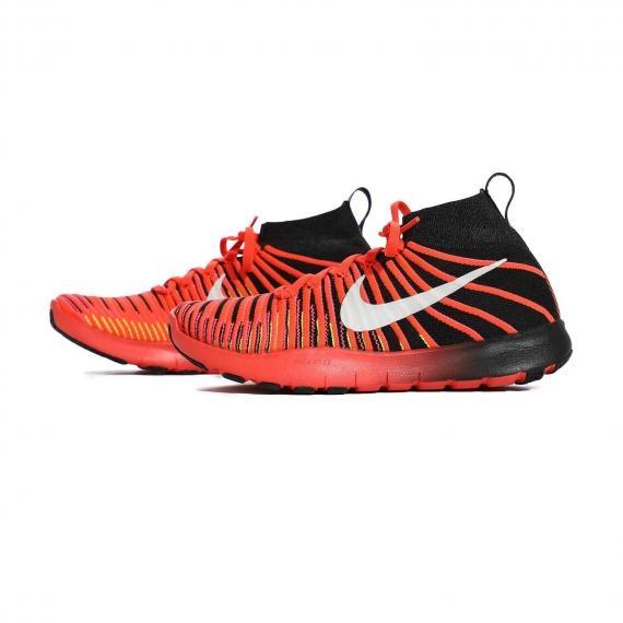 کفش مخصوص بسکتبال پسرانه قرمز و مشکی نایک مخصوص افرادی که دارای کمردردو زانودرد هستند از نمای بغل کتانی جفت شده کنارهم