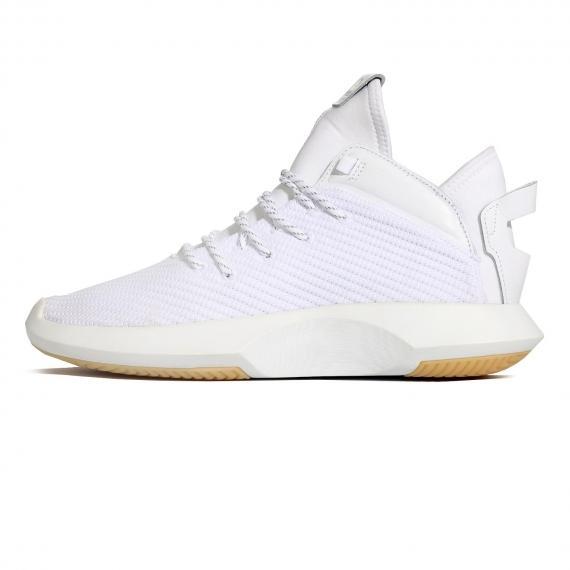 کتانی ورزشی ادیداس تماما سفید با رویه پرایم نیت و چرم همراه با بندهای سفید و مشکی و زیره لاستیکی کرم روشن و درج نام Adidas بر زبانه و کناره کتانی