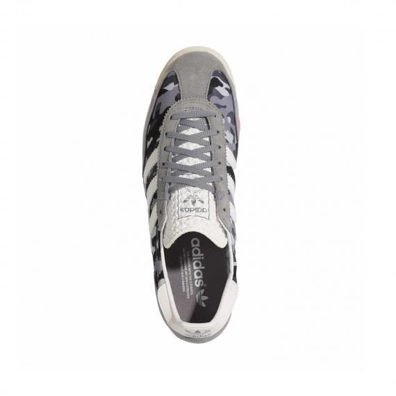 کفش آدیداس چریکی مدل اس ال 72 با رویه طوسی و بندهای طوسی مخصوص باشگاه از نما روبرو پا چپ ایستاده