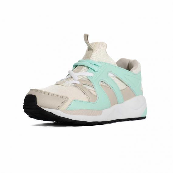 کفش زنانه مخصوص پیاده روی نرم و سبک با رنگ سفید سبز و بندهای سفید و زیره مشکی از نمای 3رخ جلو پا چپ