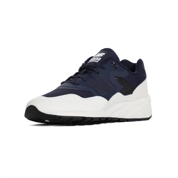 کفش اسپرت نیوبالانس سورمه ای و سفید با رویه سبک و انعطاف پذیر با بندهای سورمه ای از نمای 3رخ جلو پا چپ
