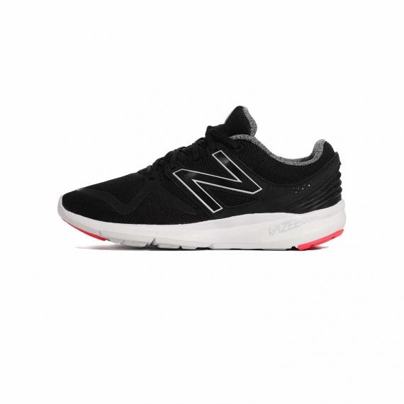 کفش نیو بالانس اصل مخصوص پیاده روی مشکی و سفید با درج لوگوی N مشکی در دو طرف از نمای بیرون پا چپ از بغل