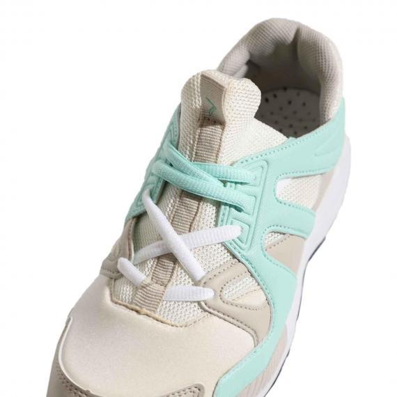 کفش اسپرت پیاده روی با دوام و با کیفیت با رویه کرم و سبز از نمای بغل پا چپ در کنار بندهای آزاد سبز رنگ