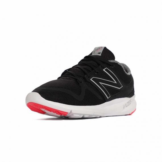 کفش پیاده روی زنانه مشکی و سفید بسیار سبک و راحت با زیره سفید و بندهای مشکی از نمای 3رخ جلو پا چپ