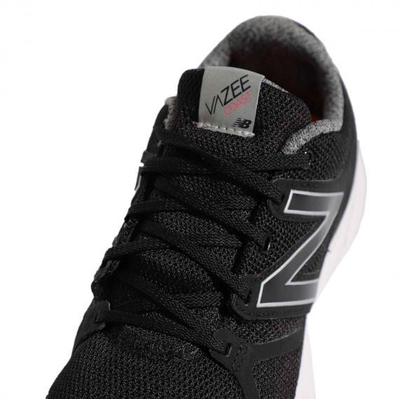 کفش نیوبالانس اورجینال مدل واز پیس با دوخت برچسب طوسی Vazee coat بر زبانه و رویه مشبک مشکی از نمای نزدیک