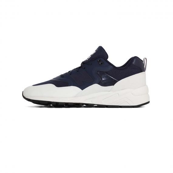 کفش پیاده روی نیو بالانس مدل ری اینجینیردبا رنگ سورمه ای و سفید از نمای بیرون پا چپ از بغل