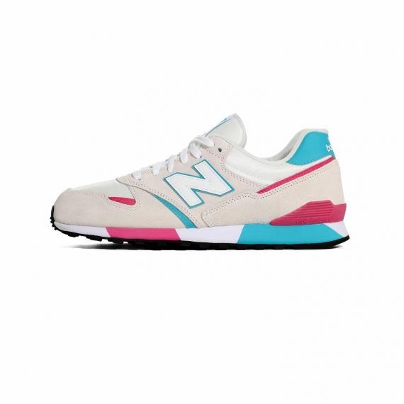 کفش نیو بالانس اسپرت مردانه و زنانه با ترکیب رنگ صورتی، سفید و آبی روشن به همراه لوگوی N نیوبالانس در کناره کفش و بندهای سفید