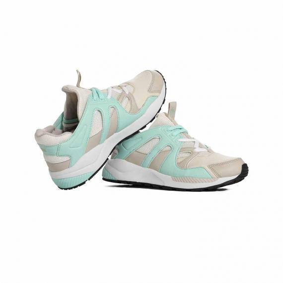 کفش طبی با کیفیت و سبک پونی مناسب برای پرستاران و معلمان با رویه سفید کرمی و سبز از نما روبرو پا چپ ایستاده کنار پا راست