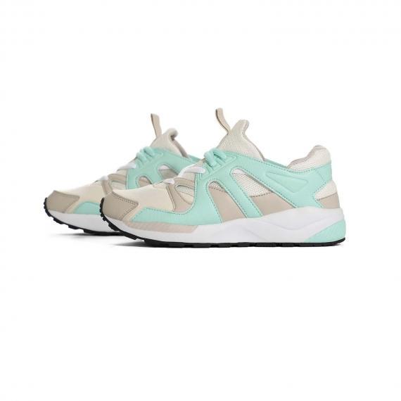کفش پیاده روی بندی تابستانی بسیار شیک و خاص با رنگ سبز روشن و سفید از نمای بغل کتانی جفت شده