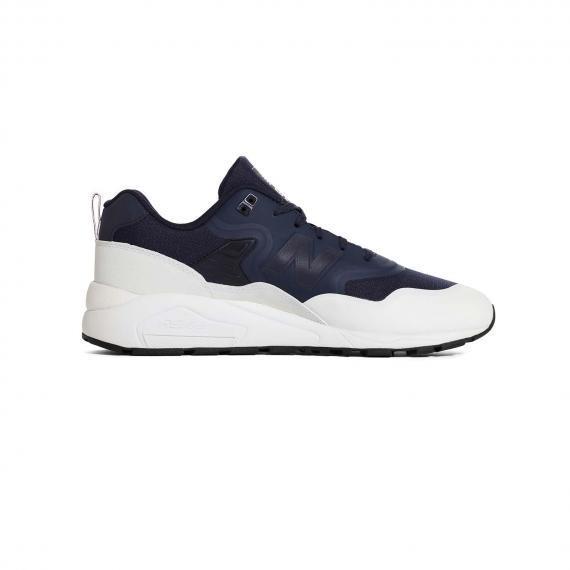 کفش مخصوص پیاده روی نیو بالانس سورمه ای و سفید بسیار راحتی و نرم از نمای داخل پا چپ از بغل