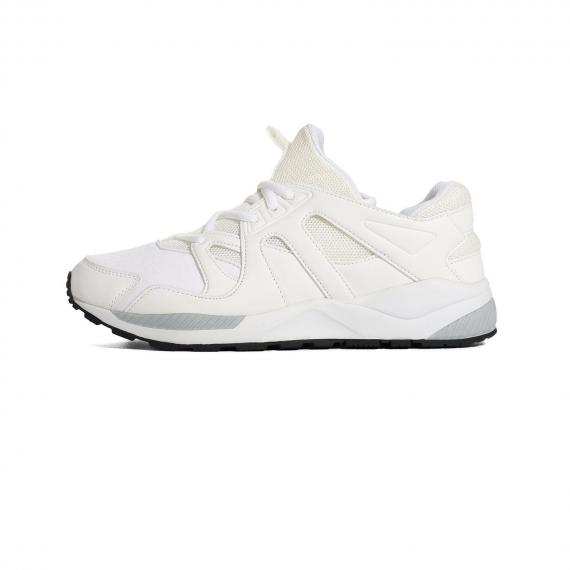 کفش پیاده روی زنانه مردانه سفید با زیره طبی سفید و طوسی و رویه مشبک مِش با بندهای سفید از نمای بیرون پا چپ