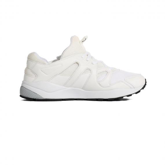 کفش پیاده روی سفید یکدست با زیرهی بسیار راحت سفید و طوسی پونی پای چپ داخل از بغل