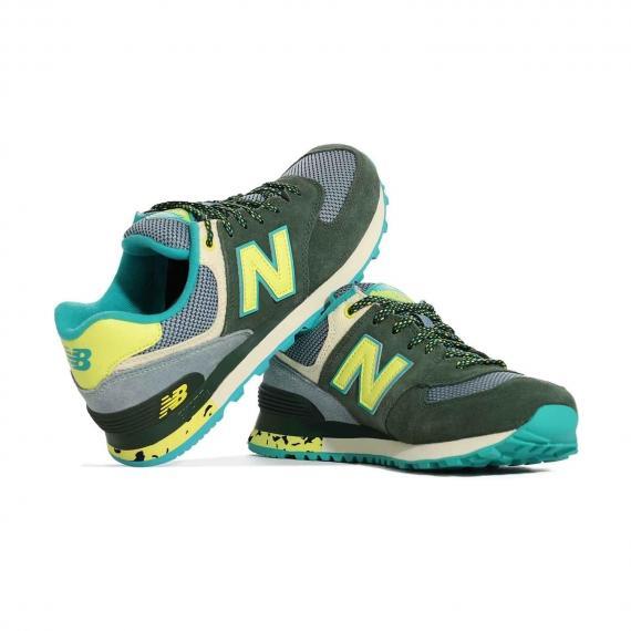 کفش پیاده روی زنانه دخترانه بند دار سبز و زرد با رویه منفذ درا برای عرق نکردن پا از نما روبرو پا چپ ایستاده کنار پا راست
