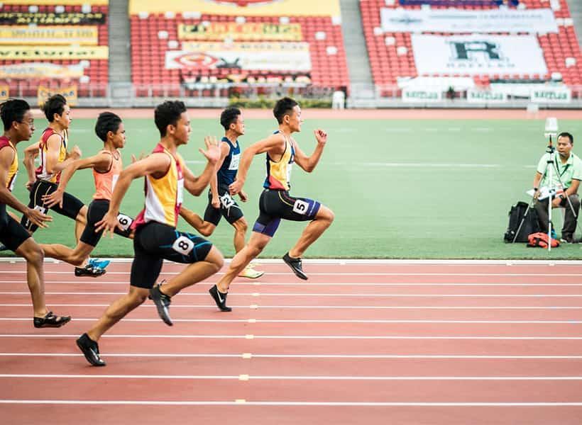 کفش مخصوص دویدن در پا دوندگان ماراتن در مسابقات دو