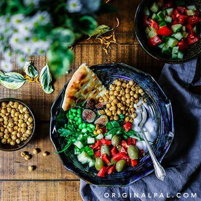 یک ظرف سالاد و سبزیجات تازه و مغذی برای داشتن یک رژیم غذایی سالم برای محافظت از پا و بدن