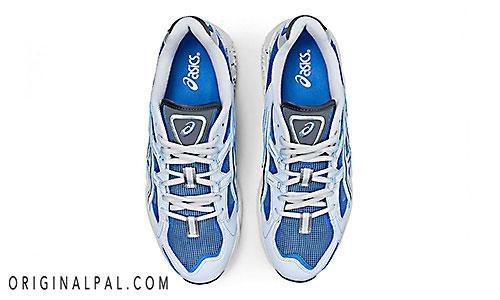 کفش اسیکس جدید بندی با رنگ آبی و طوسی مخصوص رانینگ و دویدن از نمای بالای کتانی جفت شده کنار هم