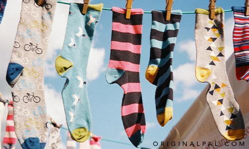 جورابهای رنگی آویزان بر رخت آویز با گیره