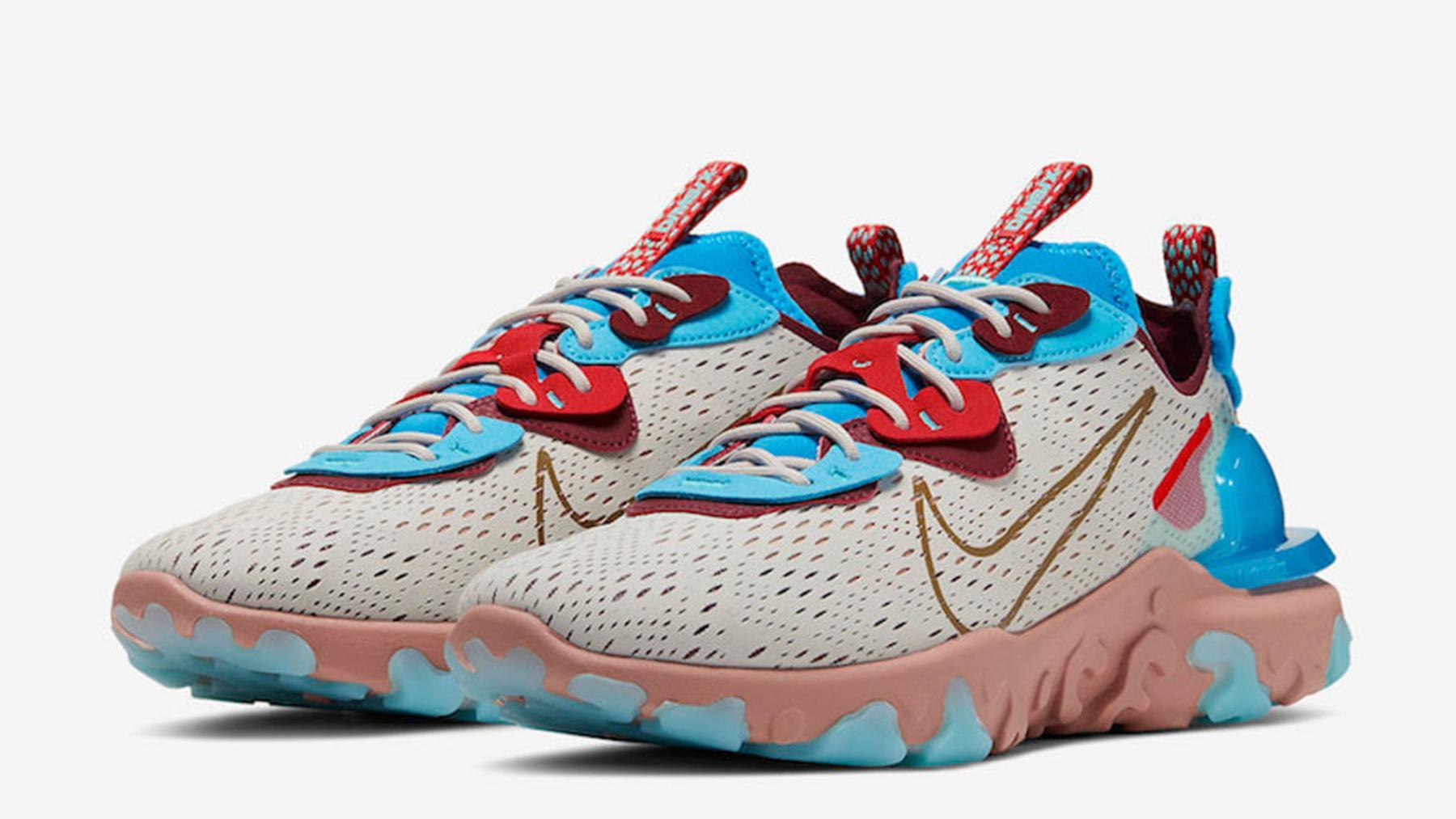 نمای کلی یک جفت کفش ورزشی جدید نایک دیزرت اوسیس Desert oasis
