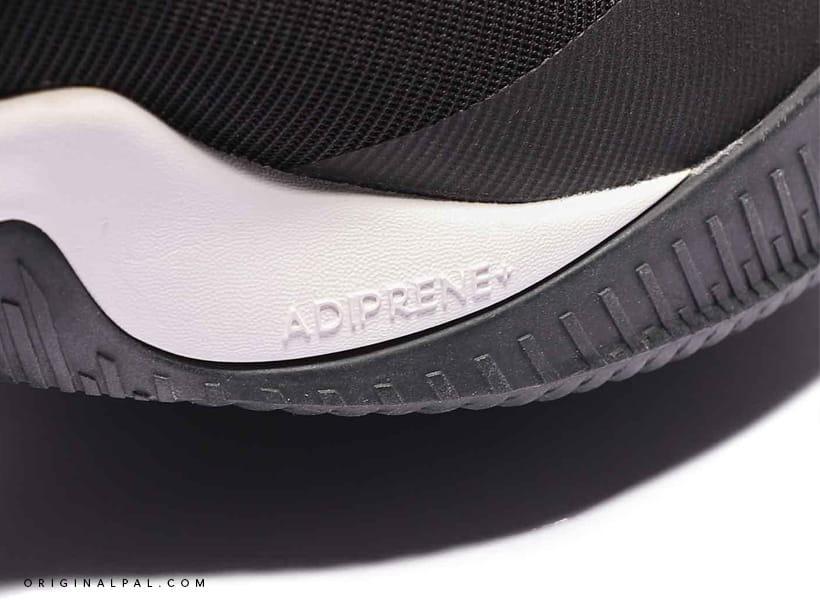 کفش بسکتبالی آدیداس نمای لوگوی حک شده در کنار کفش