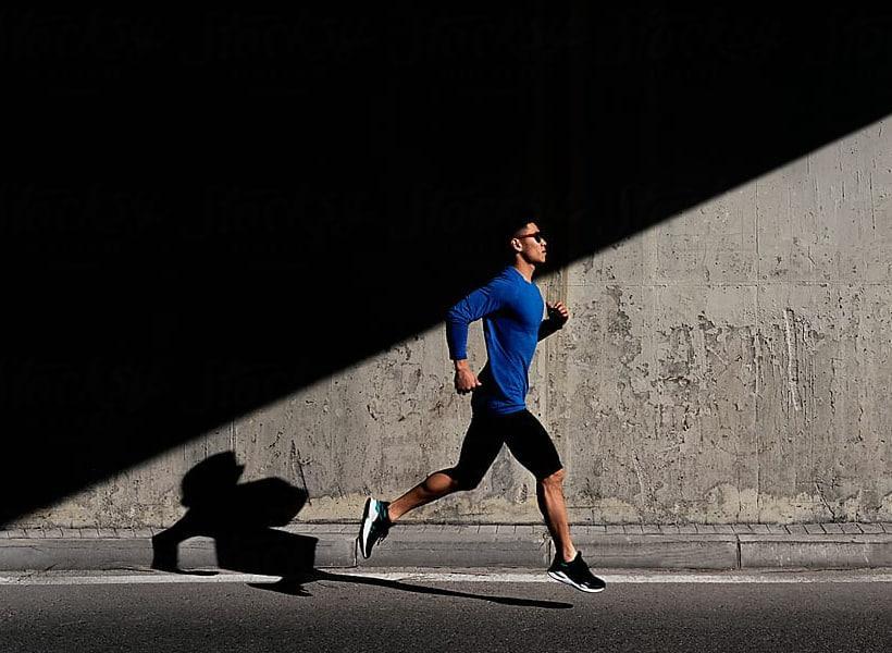 مرد دونده در فضای باز در حال ورزش کردن