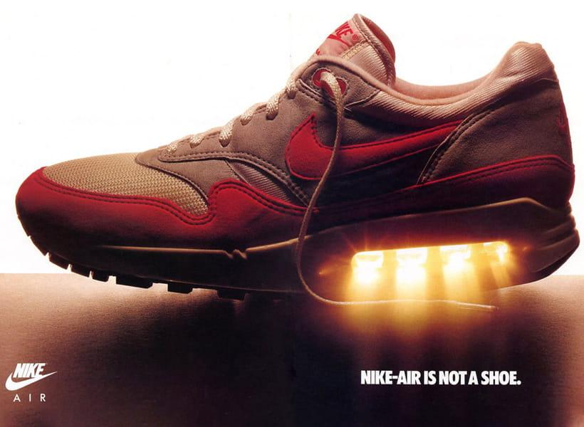 کفش نایک سفید دراای فناوری ایر Air در زیر پاشنه از نمای بیرون پا چپ از بغل